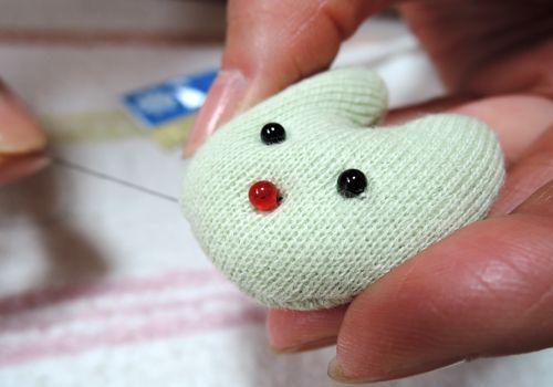 猫クリップの作り方【04】目・鼻・鈴・リボンを付けて完成