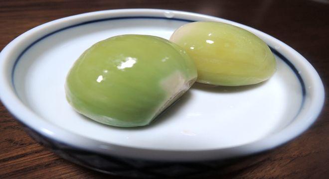 緑色に変色した酢ニンニク