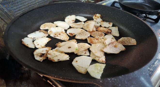 ナガイモを炒める