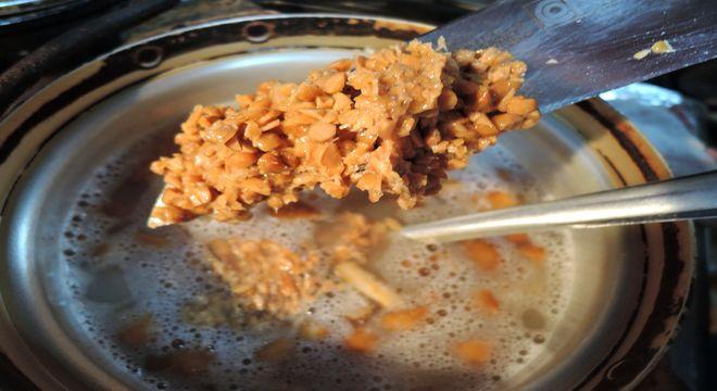 ひきわり納豆をナメコ汁に入れる