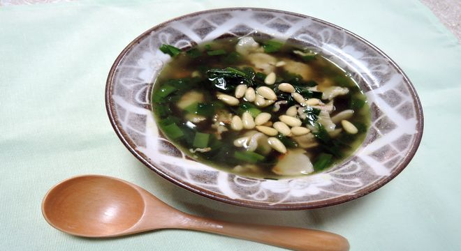 ニラと豚肉と松の実のスープ