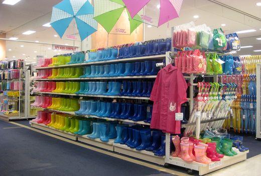長靴や傘も必要。最近は長靴や ...